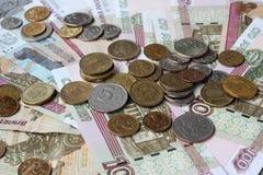 Русские бумажные деньги и металл на деревянном столе Стоковая Фотография RF