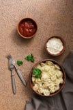Русские вареники мяса pelmeni еды со сметаной и кетчуп E стоковое изображение rf