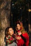 Русские девушки деревни в головных платках в плотном лесе Стоковое Изображение RF