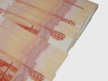 Русские деньги 5000 рублей на белой предпосылке Стоковая Фотография