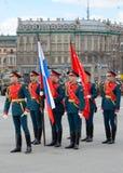 Русские знаменосцы в параде вооруженных сил страны стоковые изображения rf