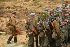 Русские и немецкие солдаты реконструкция сражения в военной форме Второй Мировой Войны Стоковая Фотография RF