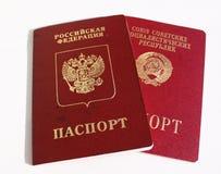Русские и старые советские международные пасспорты стоковые фотографии rf