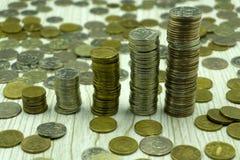 Русские кредитки и монетки Пригорошня монеток на новых русских банкнотах в деноминациях и рублях стоковые фотографии rf