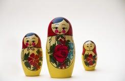 Русские куклы гнездиться на белой предпосылке стоковые изображения rf