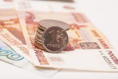 Русские монетки на банкнотах Стоковые Изображения