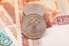 Русские монетки на банкнотах Стоковое фото RF