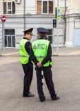 Русские патрульные офицеры полиции контролера автомобиля положения Стоковое фото RF