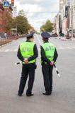 Русские патрульные офицеры полиции контролера автомобиля положения Стоковые Изображения RF