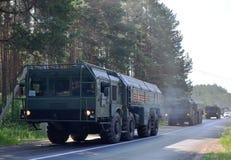 """Русские ракетные комплексы """"Iskander-M """"приехали в Минск для того чтобы участвовать в параде стоковое изображение"""