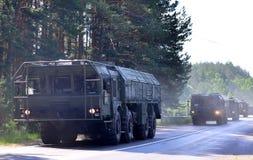 """Русские ракетные комплексы """"Iskander-M """"приехали в Минск для того чтобы участвовать в параде стоковые изображения"""