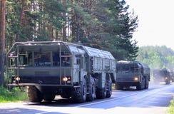 """Русские ракетные комплексы """"Iskander-M """"приехали в Минск для того чтобы участвовать в параде стоковое фото"""