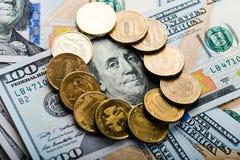 Русские рублевки монеток на долларах Стоковые Изображения RF