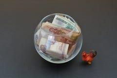 Русские рубли в стеклянных вазе и кране Стоковое Изображение RF