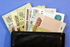 Русские ручки денег из черного бумажника Стоковые Изображения
