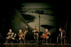 Русские солдаты играя остановку в синтезе музыкального оркестра Стоковая Фотография