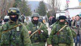 Русские солдаты маршируя в Perevalne видеоматериал
