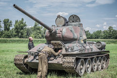 Русские солдаты проверяя танк Стоковая Фотография RF