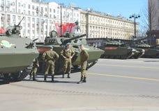 Русские танки и солдаты на репетиции дня i победы Стоковое Изображение RF