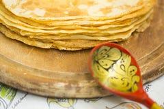Русские тонкие блинчики с плавя маслом на верхней части стоковое фото rf