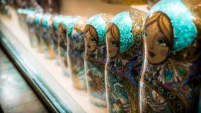 Русские традиционные куклы Ðœatryoshka в сувенирном магазине Стоковое Изображение RF