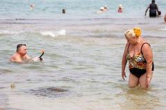 Русские туристы отдыхая на пляже hikkaduwa стоковое фото rf