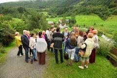 Русские туристы стоят на холме и слушают направляющий выступ стоковая фотография rf
