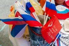 Русские флаги проданы вместе с советскими флагами Русские и советские символы близрасположенны стоковая фотография rf
