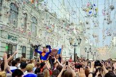 Русские футбольные болельщики на главной улице дуют Nikolskaya стоковые фото