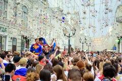 Русские футбольные болельщики на главной улице дуют Nikolskaya стоковые фотографии rf