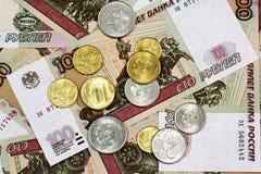 Русский 100 бумажных денег рубля с русскими монетками Стоковая Фотография