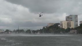 Русский вертолет министерства аварийных ситуаций комплектует вверх воду для того чтобы потушить огонь видеоматериал