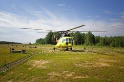 Русский вертолет пассажира Mi-8 припарковал на сельском авиаполе в Сибире Стоковые Изображения RF