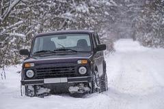 Русский внедорожный автомобиль Lada Niva на снежной дороге стоковые изображения