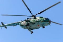 Русский воинский вертолет MI-8 в облачном небе Стоковые Фотографии RF