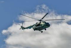 Русский воинский вертолет MI-8 в облачном небе Стоковые Фото