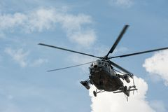 Русский воинский вертолет MI-8 в облачном небе Стоковое фото RF
