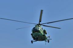 Русский воинский вертолет MI-8 в облачном небе Стоковое Фото