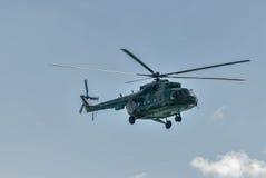 Русский воинский вертолет MI-8 в облачном небе Стоковые Изображения RF