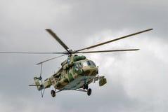 Русский воинский вертолет MI-8 в облачном небе Стоковое Изображение RF