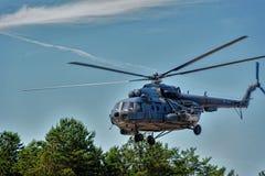 Русский воинский вертолет MI-8 на малой высоте Стоковая Фотография