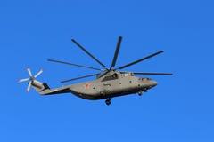 Русский воинский тяжелый вертолет перехода Mi-26 на backgro Стоковое фото RF