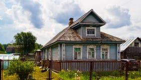 Русский деревянный дом в Staraya Sloboda, России Июнь 2016 Стоковое Изображение