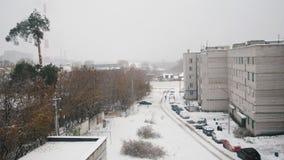 Русский живущий район - снег зимы покрыл ландшафт двора промышленный видеоматериал