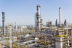 Русский нефтеперерабатывающий комплекс на дневном свете лета Стоковые Фотографии RF