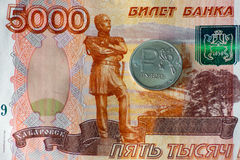 Русский одна монетка рубля и пять тысяч рублей банкнот Стоковое фото RF