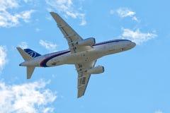 Русский пассажирский самолет Sukhoi Superjet-100 Стоковые Изображения