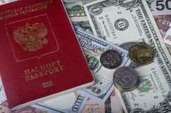 Русский пасспорт на куче иностранных валют Стоковое Изображение RF