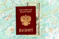 Русский пасспорт на туристских карте и деньгах Стоковое Изображение