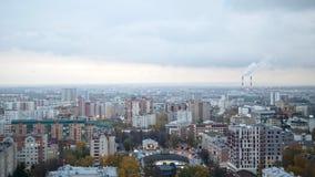 Русский промышленный район - воздушная панорама города осени в облачном небе сток-видео